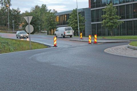 MERKELIG: Ved rundkjøringen der Alfarvegen møter Teknologivegen var det torsdag morgen satt ut markører i vegbanen.