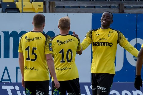 Parfait Bizoza scoret to mål da Raufoss 2 slo Tiller 5-1. Her gratuleres han av Emil Breivik og Andreas Østerud.