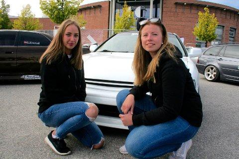 SKRUR SELV: Ina Christine Løvlie Gullberg og Mari Nerseth-Granum er begge aktive i gatebil-miljøet. – Det blir flere og flere jenter i miljøet. Vi skrur selvsagt selv, og det går med mye tid i garasjen gjennom vinteren. Da er det gøy å vise seg frem, sier Nerseth-Granum. Bak er Inas nylakkerte Honda Akkord 95-modell.
