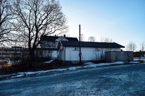 """STENGER SIKT: Denne garasjen ble vurdert å utgjøre en """"økt sikkerhetsrisiko"""" da virksomheten ved Hov Nordre ble utvidet med et hus ved siden av. Den står der fortsatt."""