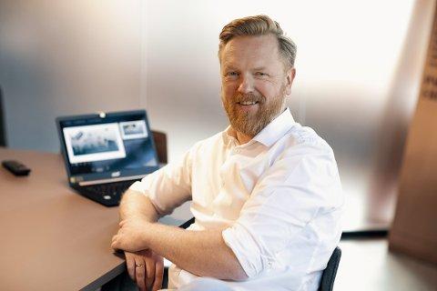 VIL BIDRA TIL Å LØFTE GJØVIK-REGIONEN: Stian Lyberg kjøpte et småbruk på Hadeland for halvannet år siden. Nå har han startet eget kommunikajonsbyrå samme sted.