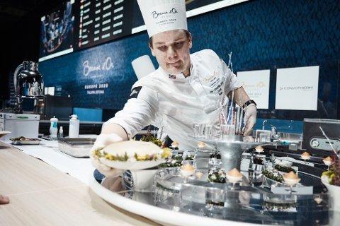 TAKLET PRESSET: Even Strandbråten Sørum (22) var selvfølgelig litt nervøs, men taklet godt presset da han deltok i kokke-EM i Tallin fredag.