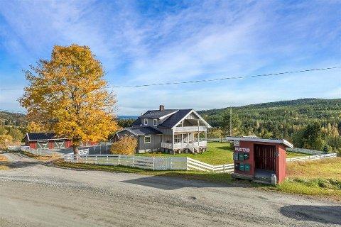 TAR TID: Rustad gård i Mustadroa er et eksempel på et småbruk det tar lang tid å selge. Prisen er kun på snaue fire millioner kroner, men det er konsesjonsplikt.