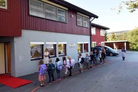 SKOLE I KJELLEREN: Mens nye Torpa barne- og ungdomsskole bygges holder tredje trinn til i kjelleren ved Korsvold omsorgssenter i Nord-Torpa. Bildet er tatt ved skolestarten i sommer.