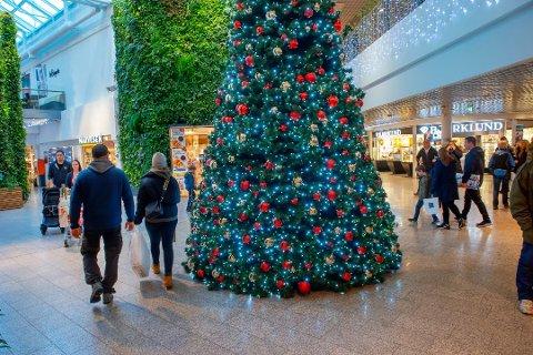 JULEHANDEL: Mange har startet med julehandelen. Lørdag ettermiddag var det 1060 kunder inne på senteret. Espen Berg synes det er overraskende at ikke flere bruker munnbind.