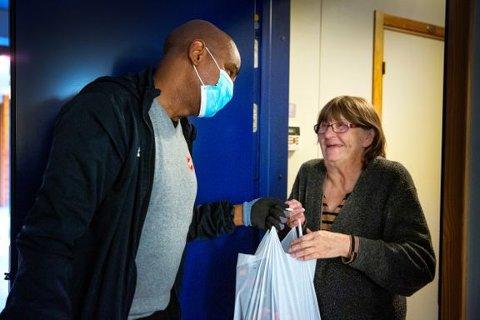 GLEDE: Det er stor glede for mange når de får levert mat på døra fra Frelsesarmeen. ILLUSTRASJONSFOTO: Frelsesarmeen