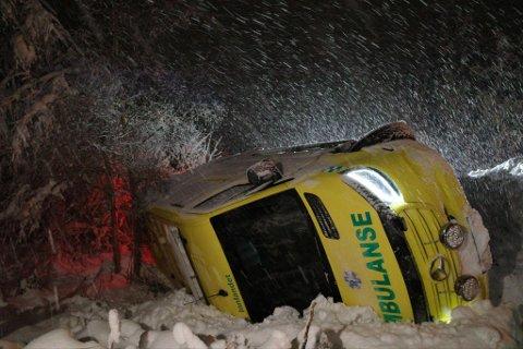 PÅ SIDA: Ambulansen blir berget opp av grøfta i 17.30–tida.