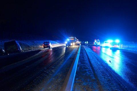 SVÆRT ALVORLIG: Da politiet kom fram til ulykkesstedet nord for Eidsvolltunellen forsto de raskt at det var svært alvorlig.
