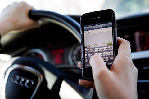 DYRT OG FARLIG: Å tekste mens du kjører er trafikkfarlig og kan koste deg dyrt på flere måter.