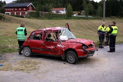 ALVORLIG TRAFIKKULYKKE: Kvinnen som satt i passasjersetet under utforkjøringen ble hardt skadet. Blant annet ble hun påført brudd i nakken og i begge anklene.