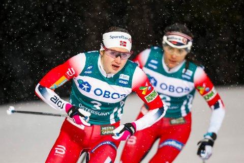 Östersund, Sverige 20200216.  Ingvild Flugstad Østberg og Heidi Weng på 10 km jaktstart for kvinner  under Ski Tour 2020 i Östersund. Foto: Terje Pedersen / NTB scanpix