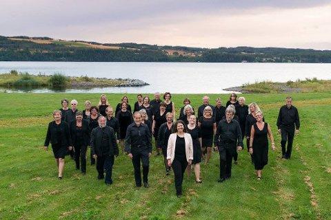 Fredheim Blandede Kor med sin dirigent Anette Dean