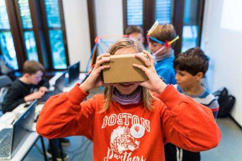 GØY MED VR: Barna tester VR-briller på kodecampen på Gjøvik bibliotek i høstferien 2019. I vinterferien er det samme tilbudet fullbooket.