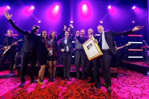 PRISVINNERE: En stolt gjeng hos Byggmakker Dokka mottar heder og diplom som årets Byggmakker.