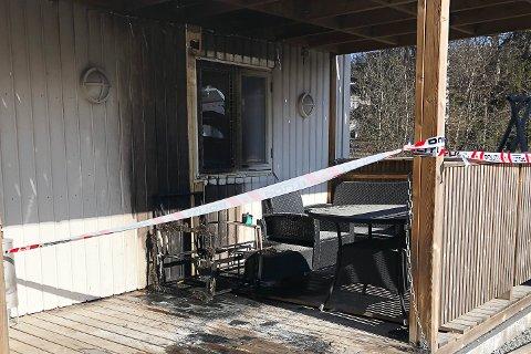 BRANN: Her begynte det å brenne utvendig på bygget. Brannen ble raskt slukket og ingen personer kom til skade.