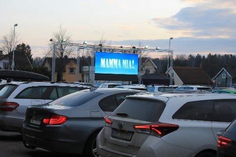 UTEKINO I PÅSKEN: Allerede i påsken kan det bli drive-in-kino i Gjøvik. Bildet er fra Tolvsrød, der tilbudet de siste dagene har vært en knallsuksess.