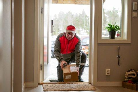 HJEM PÅ DØRA: Folk er mindre glade i å gå ut under koronavirus-utbruddet, og det merkes også for Posten, som opplever en stor økning i pakker som skal leveres på døra.