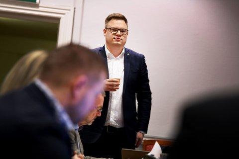 SVARTE PÅ SPØRSMÅL: Fylkesordfører Even Aleksander Hagen er glad for at Helse Sør-Øst har tatt inn over seg innspillene i høringsrunden. Han svarte også på spørsmål om den nyeste utviklingen i sykehussaken under onsdagens fylkestingsmøte.