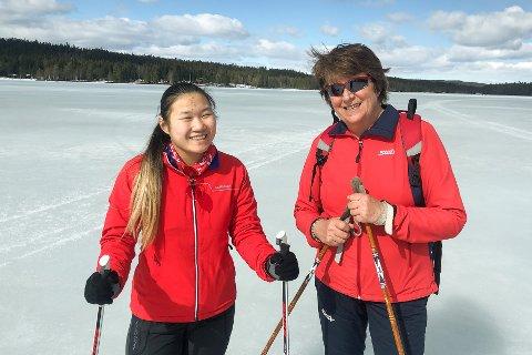 Linh Normann og Bente Normann har hytte på Skumsjøen og tok seg en tur på isen.