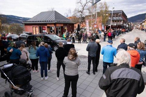 Svært mange hadde møtt fram for å ta siste farvel med Ove Thorsrud, da bårebilen og følget torsdag kjørte gjennom Storgata i Lillehammer.