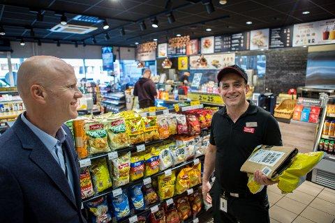 NYTT: Øyvind Bredland i Circle K Norge har fått i stand en avtale om pakkeutlevering med DHL Express, som gjør at butikksjef Bekim Istrefi og andre Circle K-drivere kan levere ut pakker til privatpersoner.