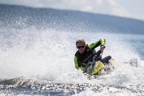 FLERE ENN FØR: Det er blitt stadig flere vannscootere på Mjøsa. Redningsselskapet er opptatt av å sikre svømmere og badende.