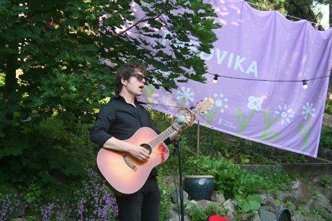 HAGE-KONSERT: Jarle Bernhoft dukket opp i hagen til tre heldige vinnere i Toten-området Gjøvik ettermiddag.