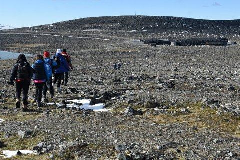 MANGE VIL PÅ TUR: Det er mange som vil ta turen til fjells. Juvasshytta har merket stor pågang av folk som ønsker å ta turen til dem og for å gå Galdhøpiggen.