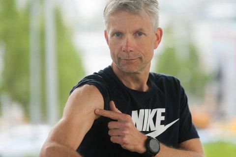 ARRET: Øystein Barth-Heyerdahl viser frem arret etter føflekken han fjernet i oktober i fjor. Journalisten ble rammet av kreft i en føflekk på overarmen. Det gikk heldigvis bra, men oppfordringen blir - pass på og bruk solfaktor!