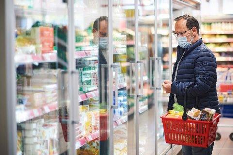 NYE RÅD: Snart kommer flere råd fra helsemyndighetenes om bruk av munnbind, trolig i samarbeid med andre nordiske land. Kanskje blir dette et vanlig syn i matbutikken framover.