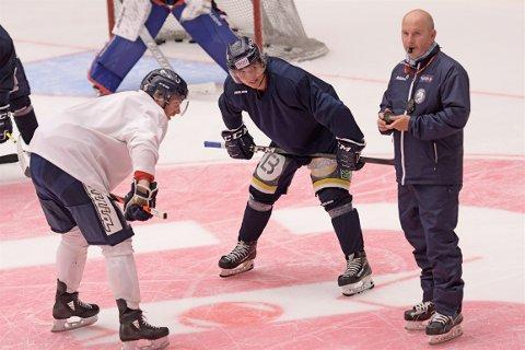 KAMPKLARE: Gjøvik Hockey har startet oppkjøringen til en ny sesong og hadde sin første trening på is mandag. Her venter Even Langdalen og Amund Nyland venter utålmodig på at Ketil Heidenberg skal droppe pucken.