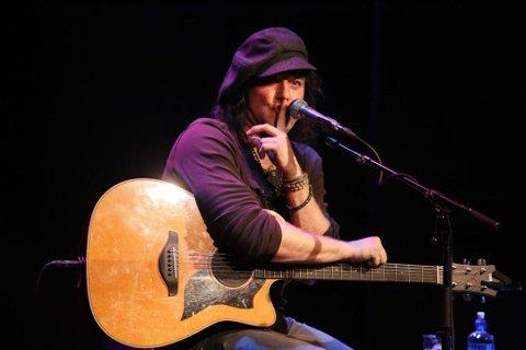 MANN OG GITAR: Åge Sten Nilsen kommer med gitaren og en drøss kjente låter til Hovdetoppen lørdag kveld.