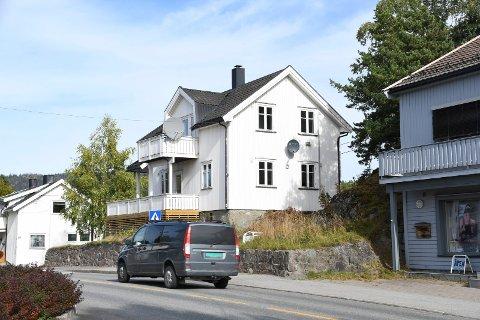 BYGGEPLANER: Storgata 89 ble i sommer solgt for to millioner kroner. Den nye eieren ønsker å bygge et kombinert næring- og leilighetsbygg på flere etasjer.