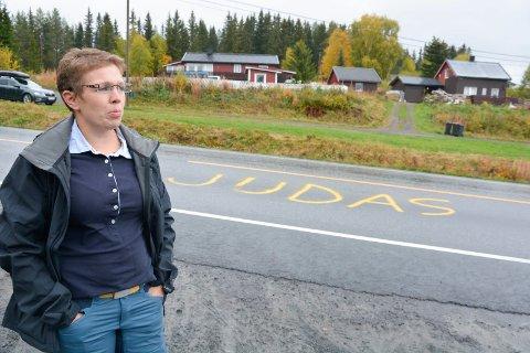 Politianmeldes: - Det har gått over ei grense. Både i debatten og mot meg og min familie, sier Kjerstin Lundgård etter at Judas ble malt i vegen forbi huset der hvor hun bor. Nå skal hun politianmelde hendelsen.
