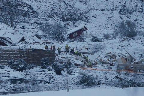 UNDERSØKER HUSRESTENE: Redningsmannskaper arbeider  fredag i skredområdet der et stort jordskred gikk ved Ask i Gjerdrum kommune onsdag. Flere boliger er tatt av skredet og 10 personer er savnet. Over 1000 personer i området er evakuert.