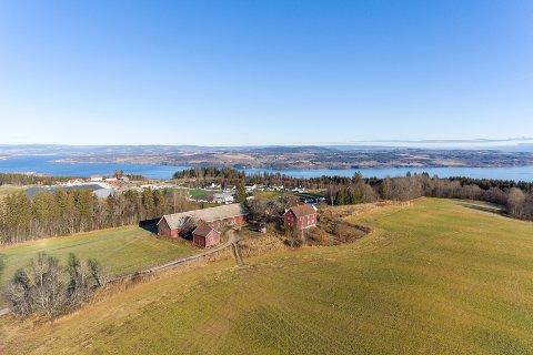 SENTRAL PLASSERING:Ås gård slik den ble presentert i salgsprospektet.