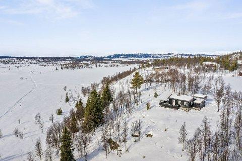 ØKTE VOLDSOMT: Denne hytta nær fjellvannet Yddin ligger i et veletablert hytteområde på Synhauglie, ca. 890 meter over havet i Øystre Slidre kommune. Fjellhytta ble solgt for 1,4 millioner i løpet av siste året. Det var fire budgivere.
