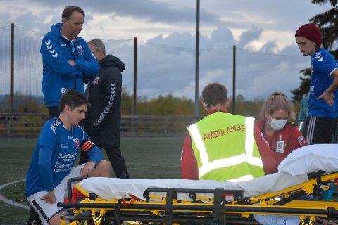 Tok ansvar: Moelven-kaptein Henrik Dalsveen følger med at alt gjøres rett. Lagkameraten hentes av ambulansen etter lokaoppgjøren. Moelven-trener Geir Haga bak.