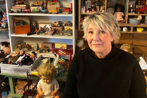 MUSEUM: Mette Rødnes Skårslette fra Fluberg selger lekemuseumet sitt. Hun har samla på leker i bortimot 15 år, men nå er det ikke plass lengre.