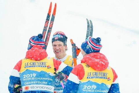 GULL-JUBEL: Johannes Høsflot Klæbo jubler sammen med Pål Golberg, Emil Iversen og Hans Christer Holund under langrenn 4x10 km stafett for menn under VM på ski i Oberstdorf, Tyskland.