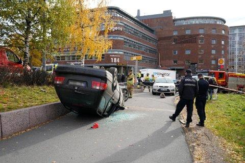 SATT PÅ: Kvinnen var passasjer i denne bilen som den tiltalte mannen kjørte. Hun løp fra stedet, mens mannen kapret ambulansen som kom til stedet. Saken mot kvinnen ble henlagt.
