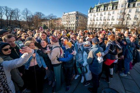 GRUPPEKLEM: Over 200 personer klemte i koronademonstrasjon lørdag 10.april. Nå arrangeres ny demonstrasjon lørdag 17. april.