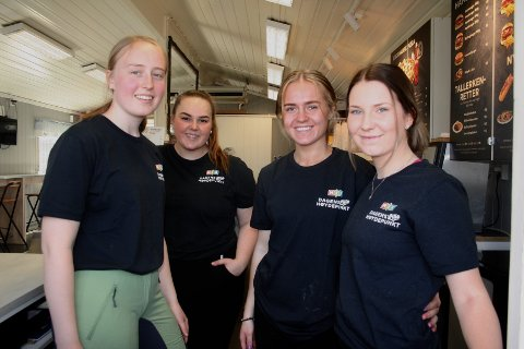 ISEKSPERTER: Heidi Taralrud, Lisa Malmberg, Eirin Aarsby og Anna Olsby var de som sto i kioskluka hos Bilittkiosken på søndag. – Her har vi nok å gjøre og det har vært kø i hele dag, fortalte de.