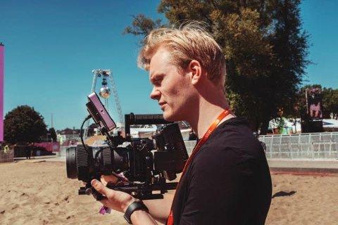 UNG REGISSØR: Mathis Lien fra Gjøvik er utdannet filmregissør, er stor på TikTok og har laget et snapchatfilter som brukes av millioner.