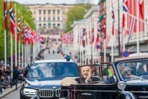 FORBUDT?: Kong Harald og dronning Sonja cruiser nedover Karl Johans gate i åpen utslippsbil under 17. mai feiringen i Oslo i fjor. Gaten kan havne innenfor de utslippsfrie sonene, men det vurderes unntak for spesielle anledninger.