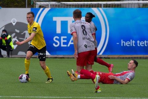 TØFF: Amund Møllerhagen la ingen ting mellom da han taklet Strømmen-spillere i sin debut i OBOS-ligaen.