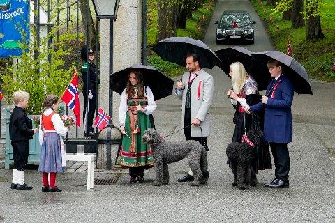 ANNERLEDES NASJONALDAG: Prinsesse Ingrid Alexandra, kronprins Haakon, kronprinsesse Mette-Marit og prins Sverre Magnus under 17. mai feiring  på Skaugum i Asker. På grunn av koronapandemien er det i år en annerledes feiring av nasjonaldagen.