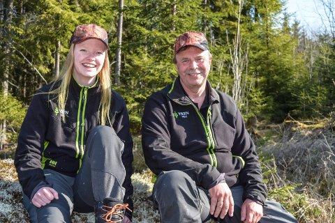DUO I SKOGEN: Mari Gladhaug (20) går læretida si hos skogbruksleder Terje Roen hos Viken Skog.