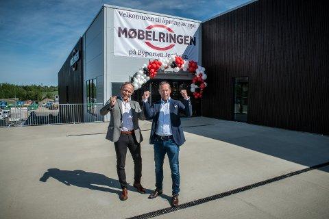 BLINK: – Kunne ikke fått en mer logisk plassering, mener styreleder Odd Werner Hansen om Ruen Møblers nye butikk på Jessheim. Her sammen med administrerende direktør Henning Eriksen i Møbelringen.