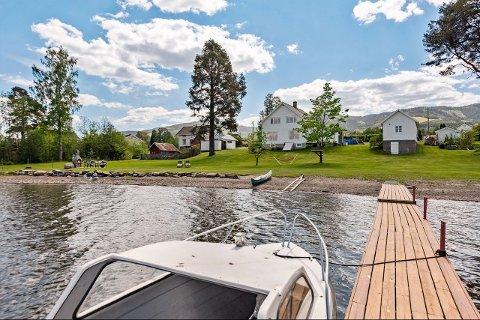 IDYLL: Over 40 interesserte familier var på visning i Strandgata 44 i Totenvika, som ble Østre Totens dyreste eiendomsoverdragelse i juni.